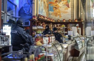 Italian authorities arrest more than 90 people believed to be part of Sicilian mafia