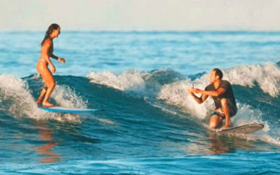 Hawaii surfer proposes to girlfriend while both ride boards