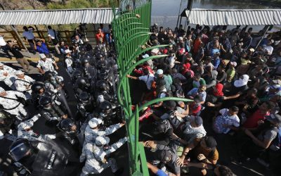 Thousands of Central American migrants try to push through Mexican border